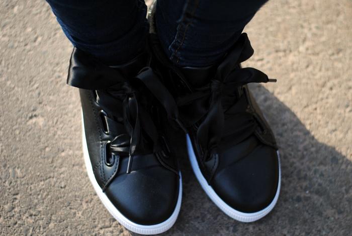 buty sportowe z kokardą