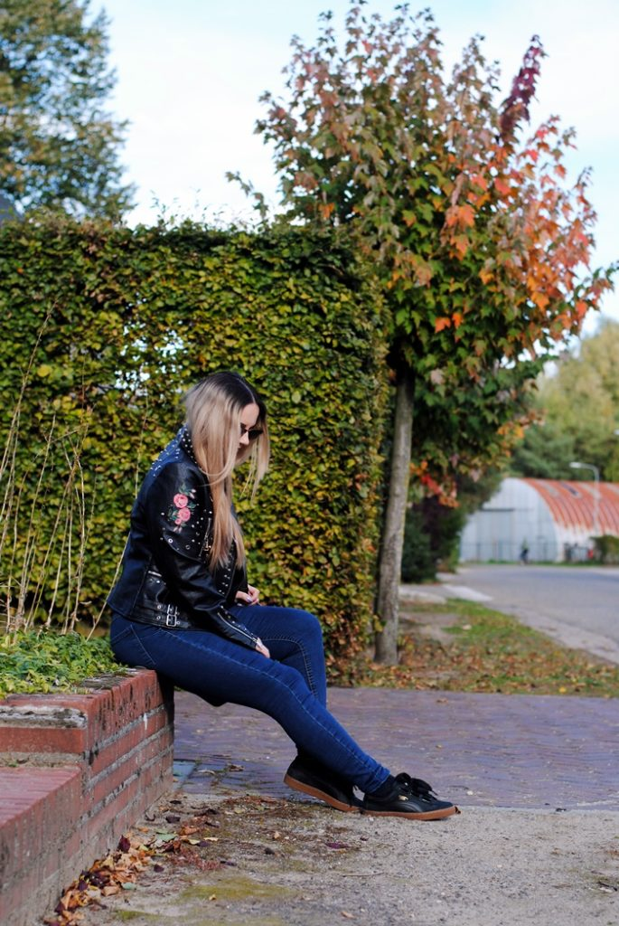blogerka z blond włosami